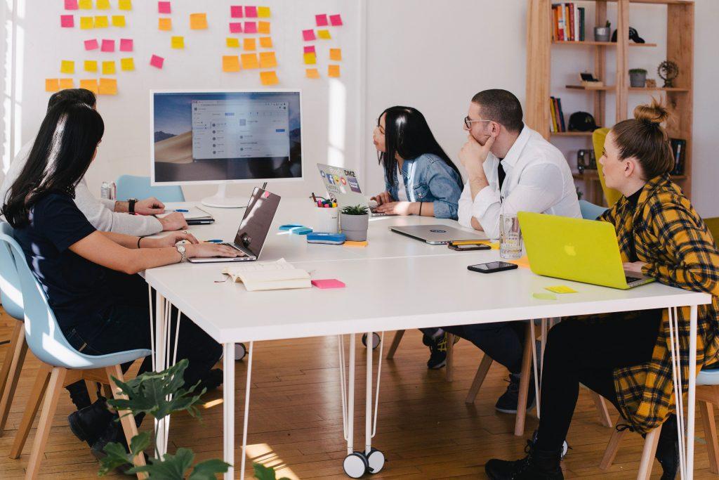spotkanie w biurze - ludzie przy stole